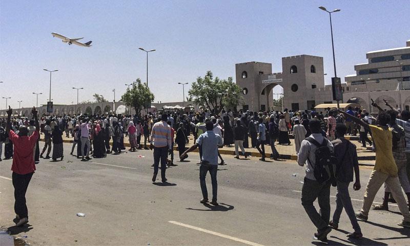 المتظاهرون السودانيون أمام المقر العسكري في الخرطوم - 7 نيسان 2019 (AP)