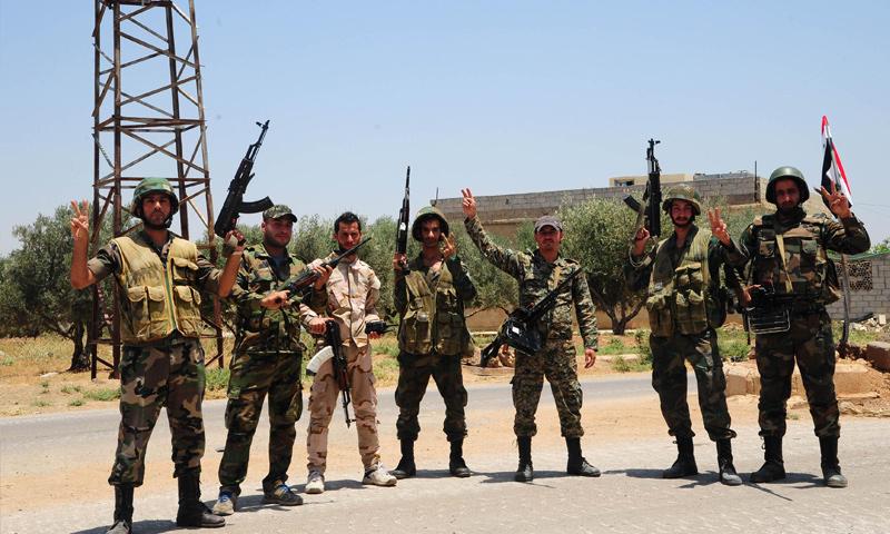 عناصر من قوات الأسد يلتقطون صورة في ريف درعا - تموز 2018 (رويترز)