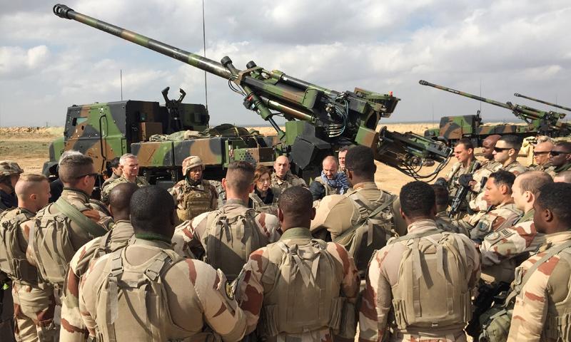قوات فرنسية تتجهز لضربات مدفعية على مواقع تنظيم الدولة على الحدود السورية عند نقطة القائم العراقية - 2019 (AFP)