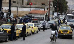 طابور السائقين أمام محطة بنزين في العاصمة السورية دمشق- 15 نيسان 2019 (afp)