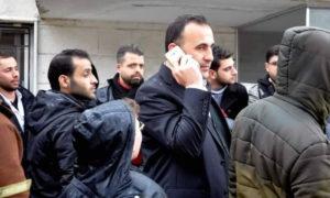 ممثل النظام السوري في اتفاق حلب عمر رحمون في معبر كسب الحدودي - (فيس بوك)