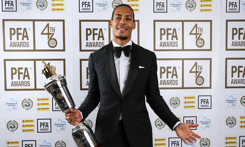 المدافع الهولندي لاعب نادي ليفربول فيرجيل فان دايك يحمل جائزة أفضل لاعب في العام والتي تقدمها رابطة اللاعبين المحترفة الإنجليزية (PFA)