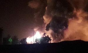ألسنة النيران الناتجة عن احتراق صهاريج وقود في الشركة السورية للنفط بحمص - 1 من أيار 2019 (حيدر رزوق)