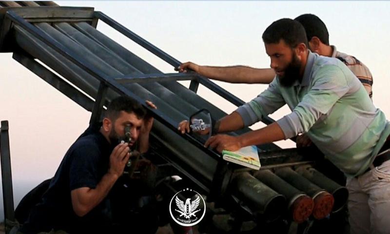عناصر من الجبهة الوطنية للتحرير يقصفون مواقع النظام في ريف حماة بصواريخ غراد - نيسان 2019 (الجبهة الوطنية)