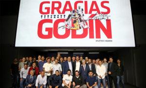 اللاعب ديغو غودين رفقة الكادر الإداري والفني في ننادي أتلتيكو مدريد (أتلتيكو مدريد تويتر)