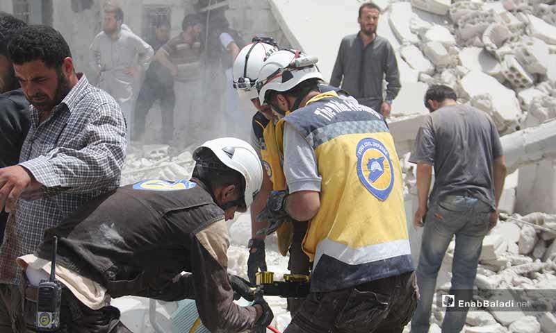 الدفاع المدني يقوم باستخراج المدنيين العالقين تحت الأنقاض في بلدة كفروما بريف إدلب - 30 من أيار 2019 (عنب بلدي)