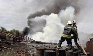 متطوعو الدفاع المدني يطفئون حريق تسبب به القصف على بلدة كنصفرة في ريف إدلب (الدفاع المدني)