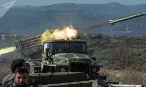 عناصر من قوات الأسد في ريف حماة الشمالي يقصفون مناطق المعارضة في ريف إدلب - (سبوتنيك)