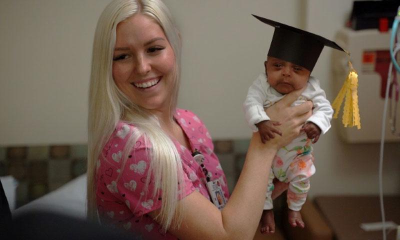 أصغر الأطفال المولودين في العالم عند خروجها من المشفى في سان دييغو مع إحدى الممرضات (مشفى شارب ماري بيرتش)