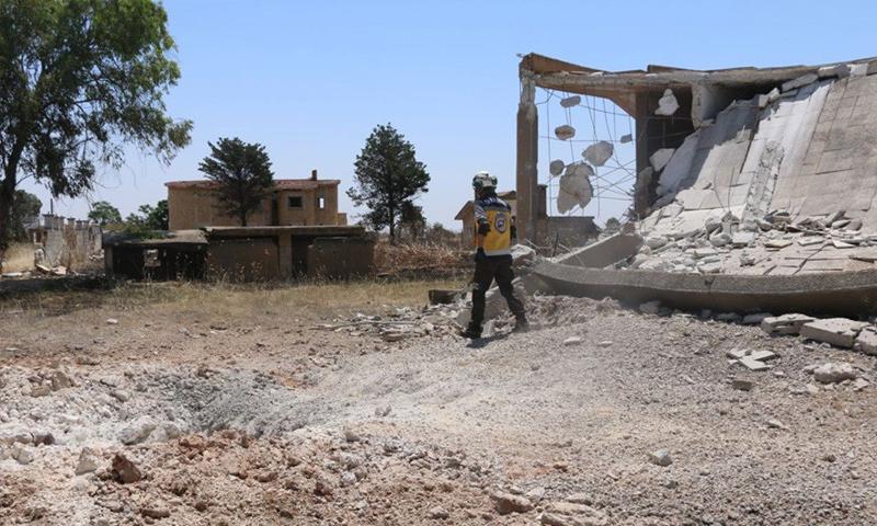 عنصر من الدفاع المدني في موقع استهدفته الطائرات الحربية الروسية في قرية البوابية بريف حلب -28 من أيار 2019 (الدفاع المدني)