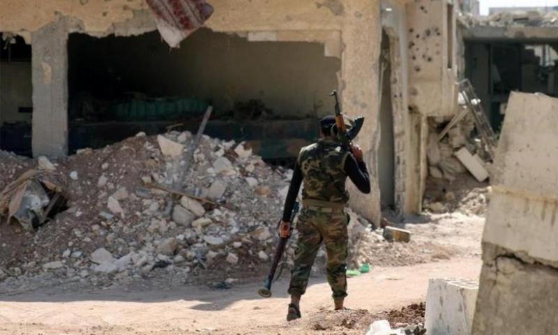 مقاتل من الجيش الحر يحمل سلاحا فرديًا في ريف درعا - 2017 (رويترز)