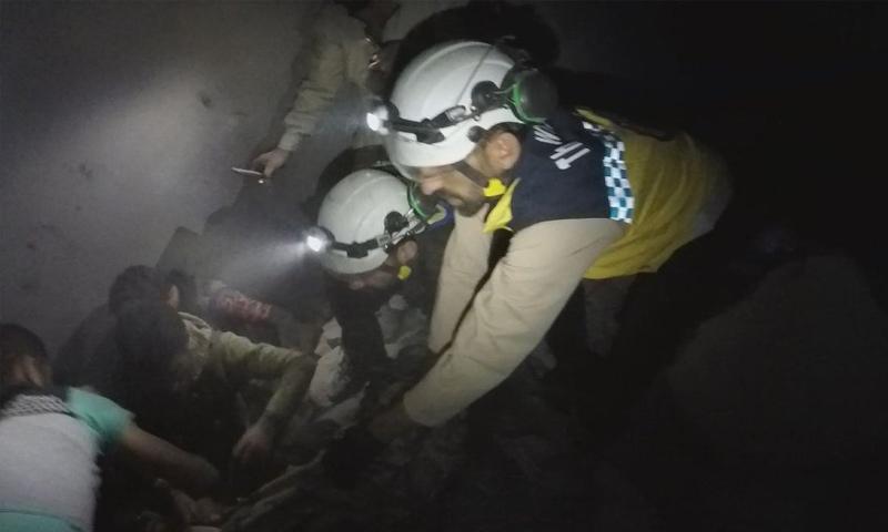 فرق الدفاع المدني تنتشل ضحايا القصف الروسي على كفرنبل بريف إدلب - 19 من أيار 2019 (الدفاع المدني)