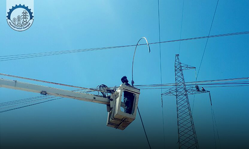 عمال من المؤسسة العامة للكهرباء في أثناء صيانة محطات التحويل في إدلب- أيار 2019 (المؤسسة العامة للكهرباء)