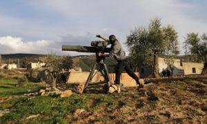مقاتل من الجيش السوري الحر المدعوم من تركيا يستخدم صاروخ TOW مضاد للدبابات شمال مدينة عفرين - شباط 2018 (رويترز)