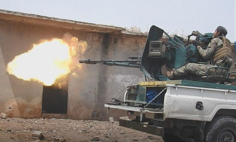 عنصر في هيئة تحرير الشام في أثناء التصدي لهجوم قوات الأسد على ريف حماة - أيار 2019 (وكالة إباء)