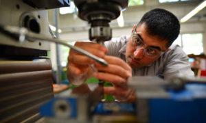 لاجئ سوري في ألمانيا يتدرب على العمل في شركة في هانوفر (Getty)