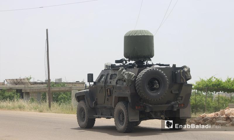 عربة للجيش التركي في طريقها إلى نقطة شير المغار في ريف حماة - 24 من أيار 2019 (عنب بلدي)