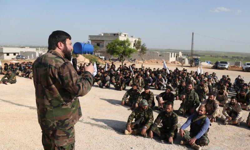 """قائد فصيل """"جيش الإسلام"""" عصام بويضاني يخطب في عناصره خلال معسكر تدريبي (جيش الإسلام)"""