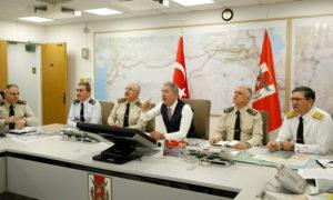 وزير الدفاع التركي، خلوصي آكار، من غرفة إدارة العمليات التركية المركزية (وزارة الدفاع التركية)