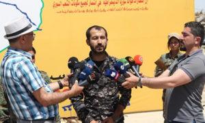 القيادي في قوات سوريا الديمقراطية دجوار حلب في أثناء إلقاء بيان حملة التمشيط في دير الزور - 17 من أيار 2019 (وكالة هاوار)