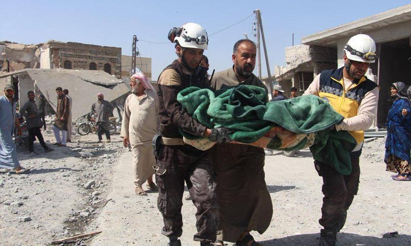الدفاع المدني يخلي ضحايا القصف الجوي للنظام على بلدة رأس العين شرقي إدلب - 7 من أيار 2019 (الدفاع المدني)