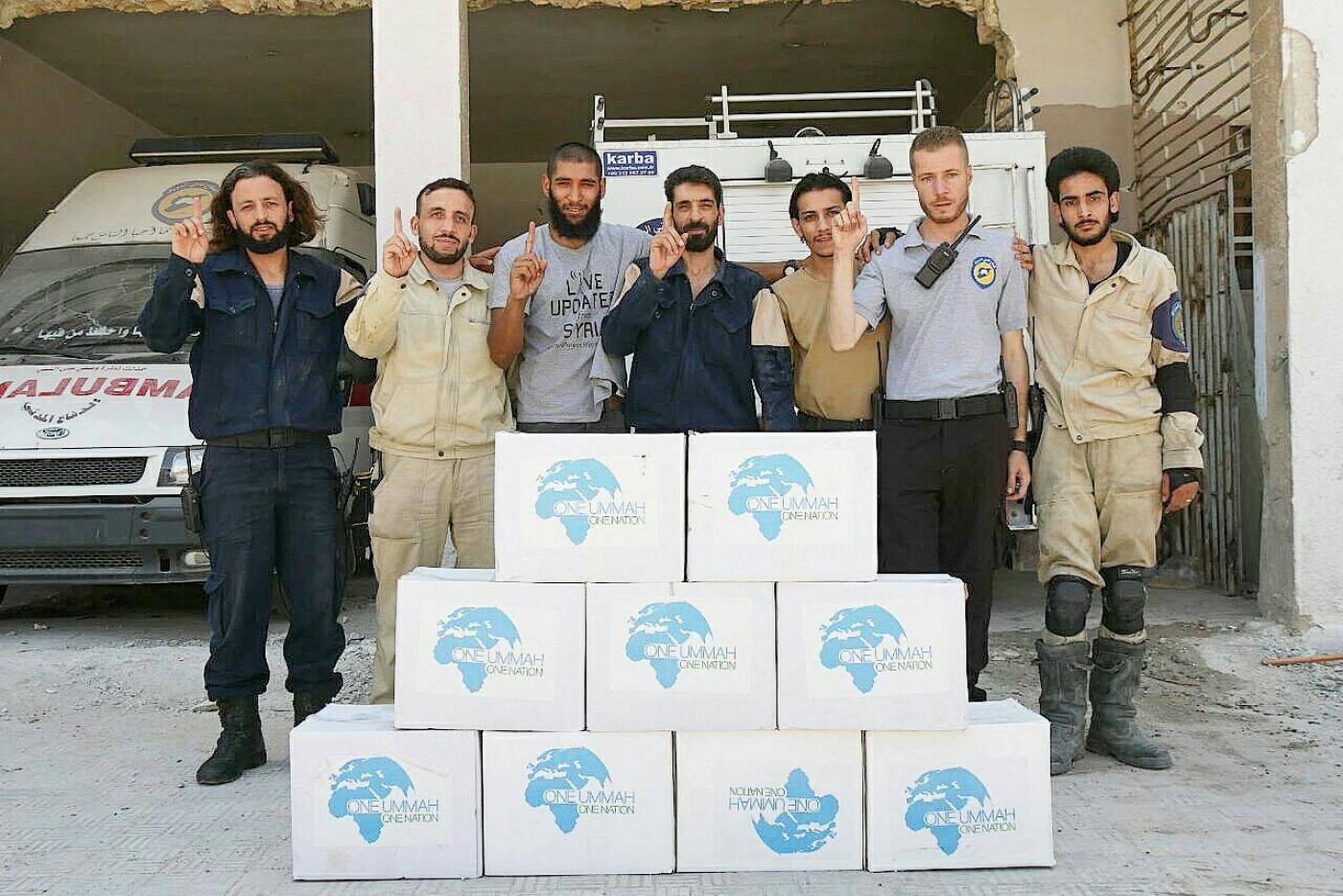 توقير شريف مع عمال إغاثة في ريف حلب - (فيس بوك)