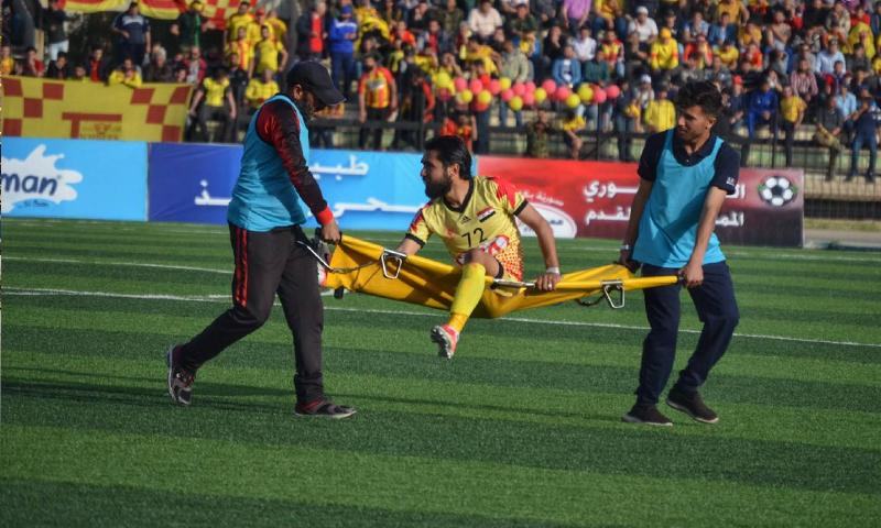 لاعب نادي تشرين يخرج مصابًا من مواجهة نادي الجيش السوري في قمة الجولة الـ 23 من الدوري الممتاز (عدسة الكابتن)