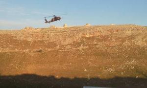 مروحية تركية تحلق من نقطة المراقبة في شير المغار بعد إخلائها لجرحى أتراك في ريف حماة الشمالي- (عنب بلدي)