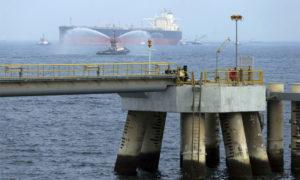 ناقلة نفط عند ميناء الفجيرة - 21 أيلول 2016 (AP)