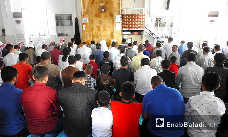 مصلون يصلون صلاة عيد الفطر في بلدة دابق شمال شرق حلب- 4 من حزيران2019 (عنب بلدي)