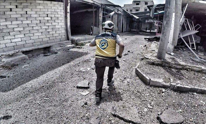 عنصر من عناصر منظمة الدفاع المدني خلال توجهه لمكان استهداف الطيران الحربي بريف إدلب الجنوبي (الدفاع المدني)