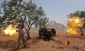 عنصر من الجبهة الوطنية للتحرير يقصف قوات الأسد بريف حماة (الجبهة الوطنية للتحرير)