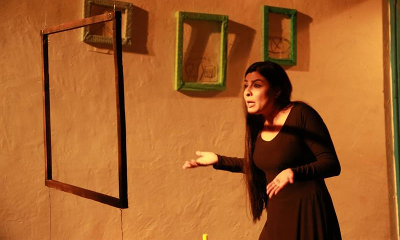 """صورة من عرض روجينا رحمون من عمل """"كحل سوري""""- (الجزيرة)"""