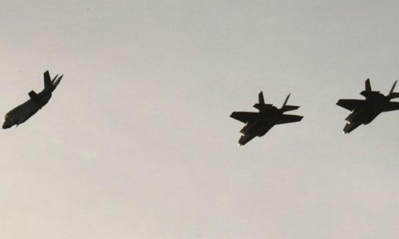 طائرة F-35B في السماء قبل الهبوط في قاعدة أكروتيري بالقرب من مدينة ليماسول في قبرص - (AFP)