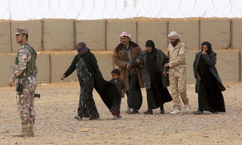 مرضى سوريون مع جنود اردنيين في مخيم الركبان على الحدود الأردنية - 14 شباط 2017 (AP)