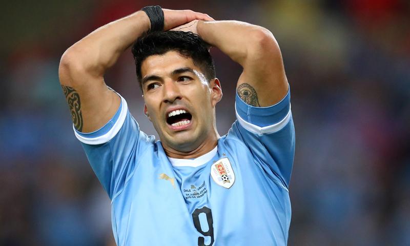 لويس سواريز يتحسر بعد فشله في تسجيل هدف في شباك تشيلي ببطولة كوبا أمريكا- (رويترز)