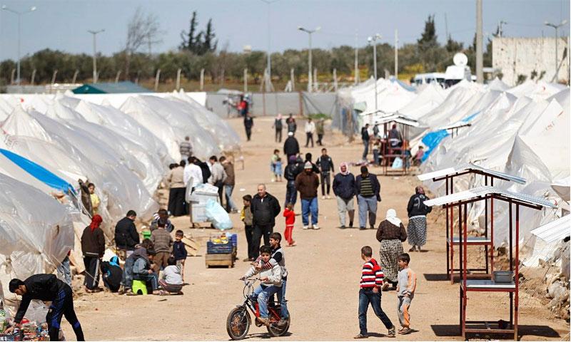 اللاجئون السوريون على الحدود السورية التركية (رويترز)