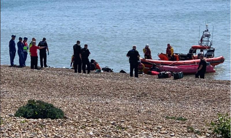 وصول مراكب المهاجرين إلى شاطئ وينشلسيا جنوبي بريطانيا - 1 حزيران 2019 (التلغراف)
