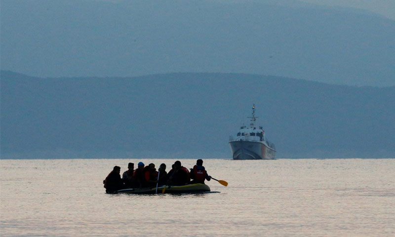 قارب مطاطي يحمل لاجئين متجهين إلى اليونان (رويترز)