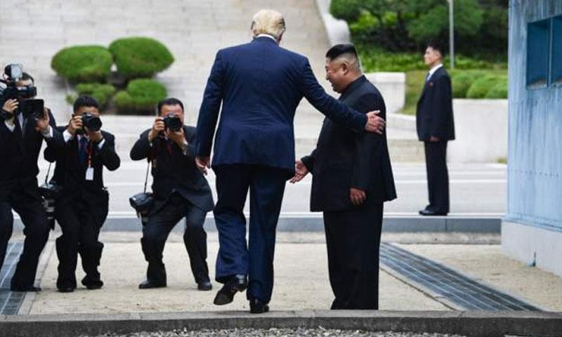 ترامب يخطو داخل الأراضي الكورية الشمالية- 30 حزيران 2019 (AFP)