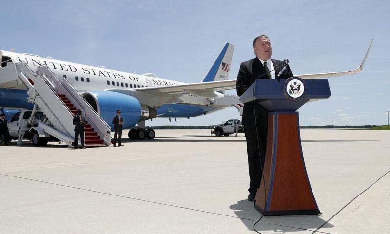 وزير الخارجية الأمريكي مايك بومبيو قبل ركوب الطائرة إلى جدة - 23 حزيران 2019 (AP)