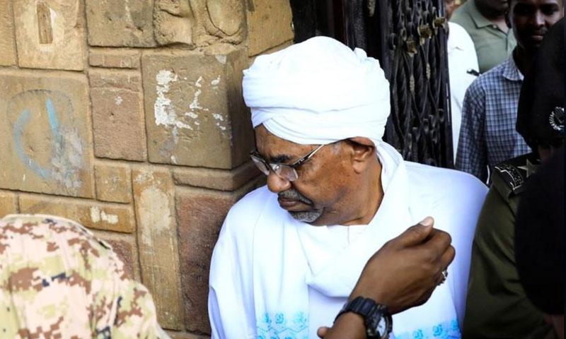 الرئيس السوداني المخلوع عمر البشير مغادرًا النيابة العامة السودانية - 16 حزيران 2019 (رويتزر)
