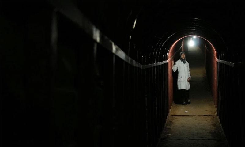 """الدكتورة أماني في نفق تحت الأرض من فيلم """"الكهف"""" (ناشونال جيوغرافيك)"""