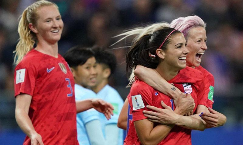 أليكس مورجن تحتفل مع زميلاتها في المنتخب الأمريكي - 11 حزيران 2019 (FIFA)