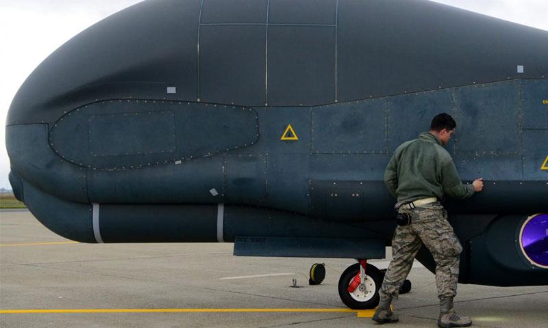 جندي أمريكي يتفقد الطائرة المسيرة - 5 شباط 2019 (القوات الجوية الأمريكية)