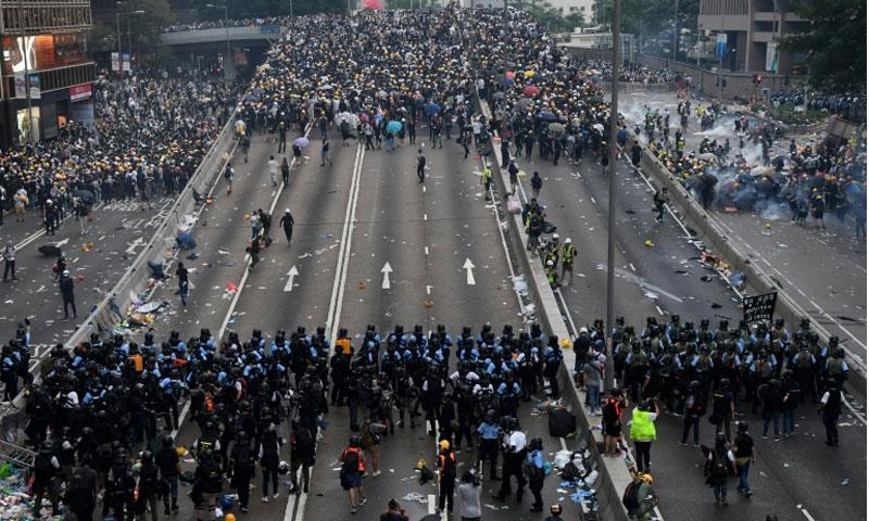 مظاهرات تطالب باستقالة رئيسة حكومة هونغ كونغ - 15 حزيران 2019 (AFP)