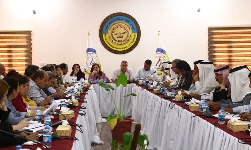 المجلس العام في الإدارة الذاتية في أثناء إقرار قانون الدفاع الذاتي في منطقة عين عيسى بالقامشلي- 22 من حزيران 2019 (الموقع الرسمي لقسد)
