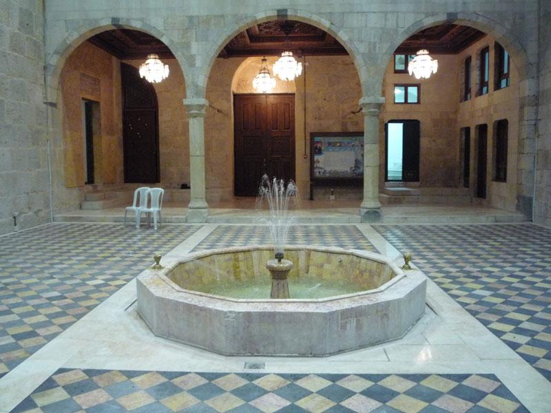 باحة المكتبة الظاهرية في دمشق (الموقع الرسمي لمجمع اللغة العربي على الإنترنت)