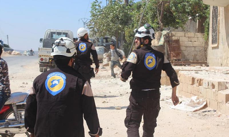 عناصر من الدفاع المدني خلال إسعاف جرحى القصف الجوي على البارة بريف إدلب - 2 من حزيران 2019 (الدفاع المدني)