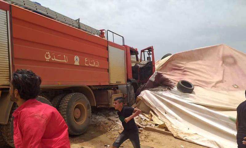 سيارة من الدفاع المدني اللبناني تدهس خيمة للنازحين السوريين في مخيم دير الأحمر - 5 من حزيران 2019 (أحمد القصير)